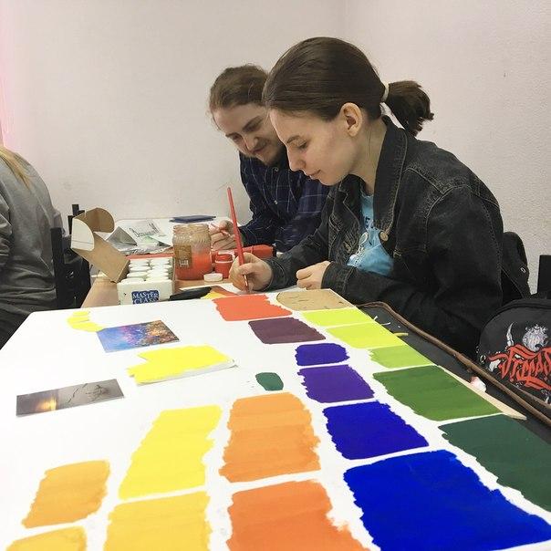 Наши студенты-дизайнеры готовят зачетную работу по цветоведению и коло