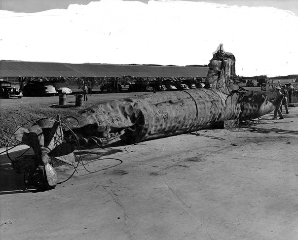 Поднятая американцами японская мини-субмарина 22 Типа А Ко-хётеки на военно-морской верфи Перл-Харбор