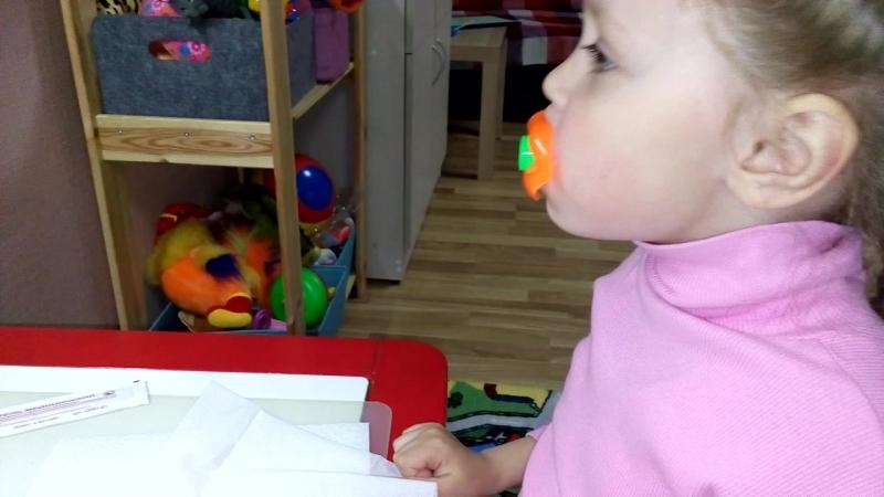 Тренируем раздельный вдох-выдох с помощью дудки-свистка.