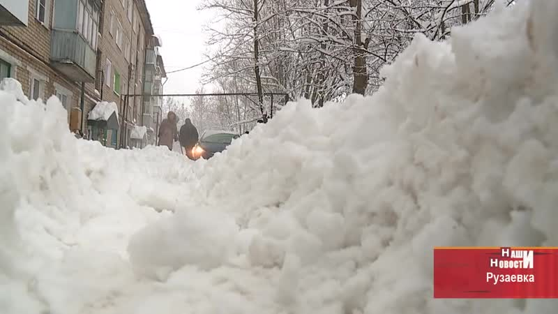 В Рузаевке всем двором спасали автомобиль увязший в снегу