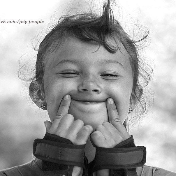 Не жалейте хороших слов - Для любимых, и просто знакомых: Пусть они, как круги на воде, Разойдутся, и вызовут волны... Волны радости и теплоты, Благодарности, знаков Участья, И покинет кого-то ненастье - Оттого что поделятся с ним... Улыбнемся, давайте, друг другу Просто так - без особых причин: И тем самым умножится благо, И тем самым улучшится мир. © Валерий Светорус