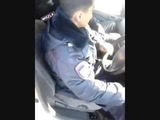 В Бурятии синие в говнину сотрудники доблестной съебались в кювет на своём автомобиле. Никто, включая бухих служителей закона, н