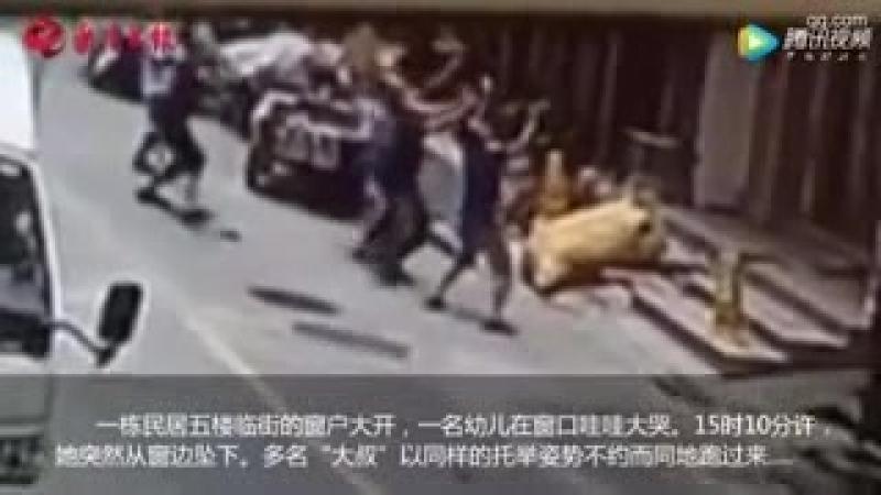Прохожие переломали руки ради спасения выпавшей из окна малышки