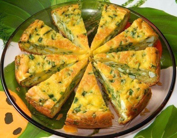 пирог с яйцами и зеленым луком в мультиварке что нужно: для теста:4 яйца;соль;7 ст. л. муки;сода;200 г сметаны;1 ст. л. майонеза.для начинки:6 вареных яиц;большой пучок лука;соль.что делать: *
