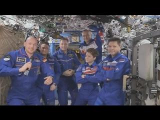 Александр Герст передает миссию Международной космической станции командиру Олегу Кононенко