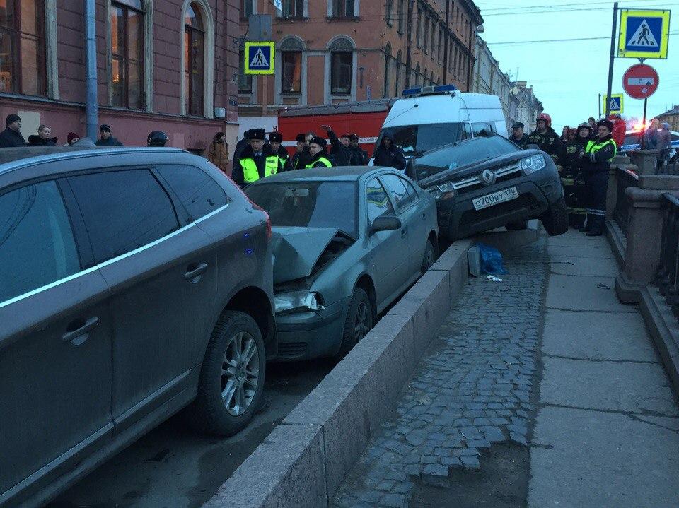Наканале Грибоедова один шофёр  «собрал» 5  машин— Петербург