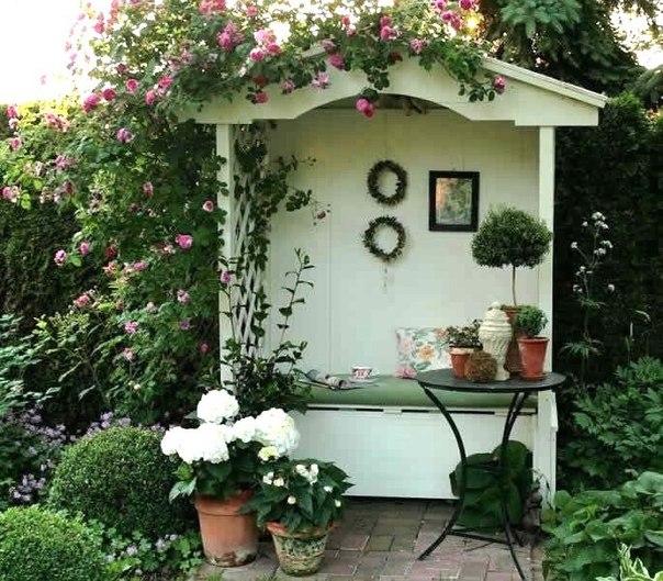 Садовые скамейки. Удобное место для осенних посиделок в саду.