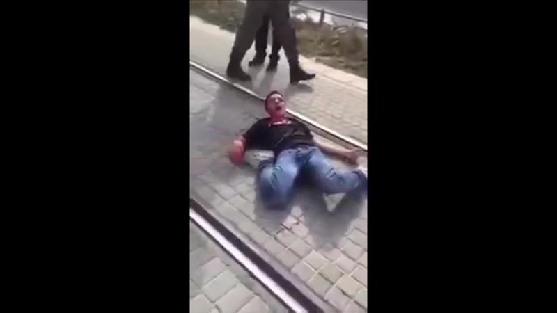 Des colons dans un délire incantatoire : meurs donc FDp ! alors qu'un garçon palestinien blessé gisant au sol perd son sang