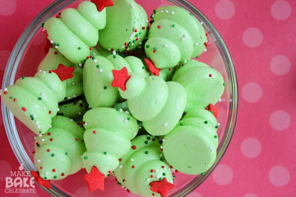 Новогодние ёлочки-безе Порадовать своих близких в праздники легче всего сладостями, сделанными своими руками. Предлагаем простой рецепт новогоднего угощения. Осторожно отделить белки от желтков. Чтобы белки лучше взбивались, добавить щепотку соли или несколько капель лимонного сока. Взбить белки миксером в крепкую пену, постепенно добавляя сахар. Добавить в сбитые белки зеленый пищевой краситель и наполнить этой массой кондитерский мешок. Противень застелить пекарской бумагой. Сначала выдавить…