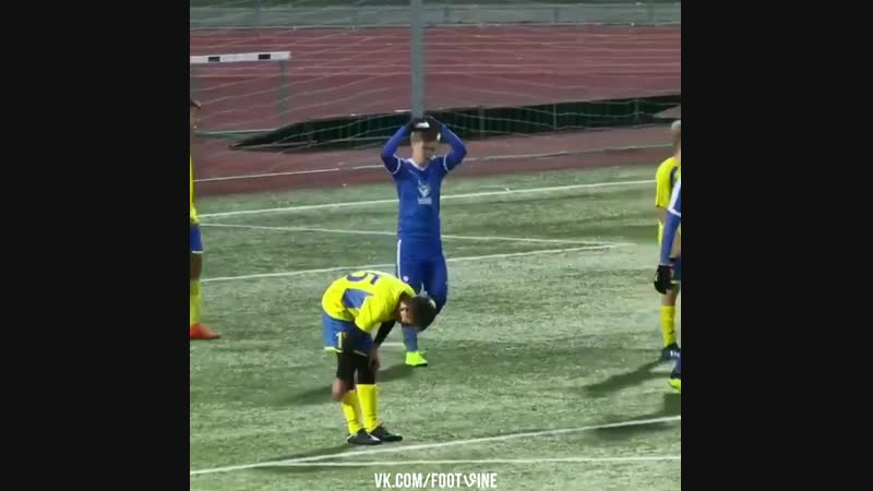 Великолепный сольный гол юного футболиста!