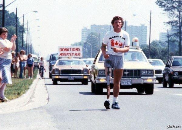 Терри Фокс бежит в окровавленных шортах во время Марафона надежды через Канаду, июль 1980 г. Он бежал на протяжении 143 дней, пока не умер.