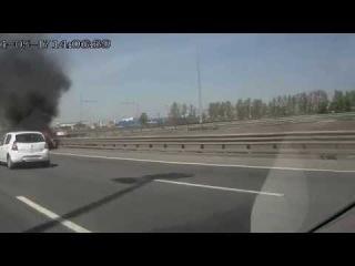 Горящая машина на КАД 17.05.2014 после съезда на Пулковское шоссе