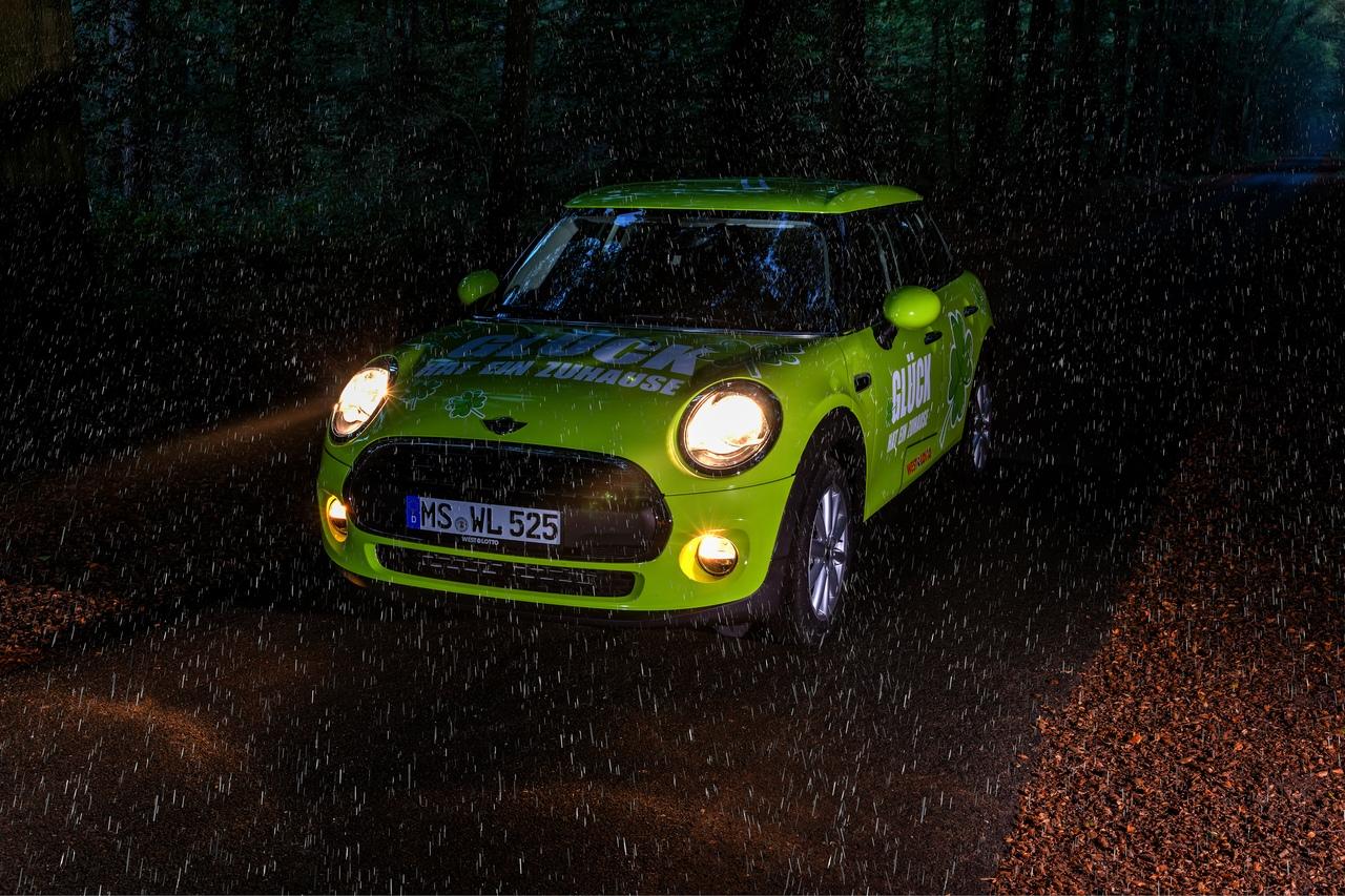 Машина под дождём