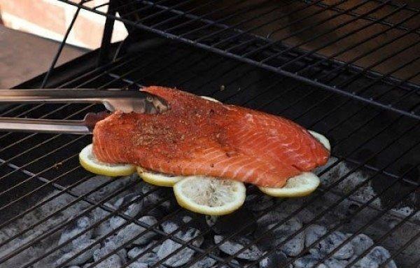 Чтобы рыба на гриле была вкуснее и не прилипала к нему, жарьте ее на лимонах…. (1 фото) - картинка