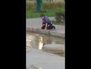 Мальчик пьёт грязную воду