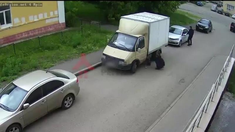 Водитель Газели не заметил, как у него сливают бензин