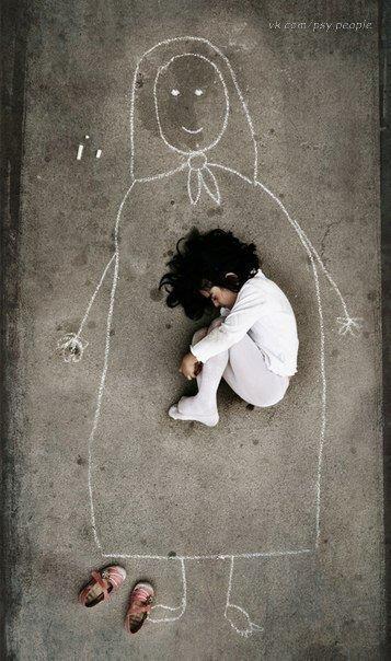 Малыш из детского дома нарисовал маму на асфальте и лег в ее объятия. Из уважения к маме он даже снял обувь.