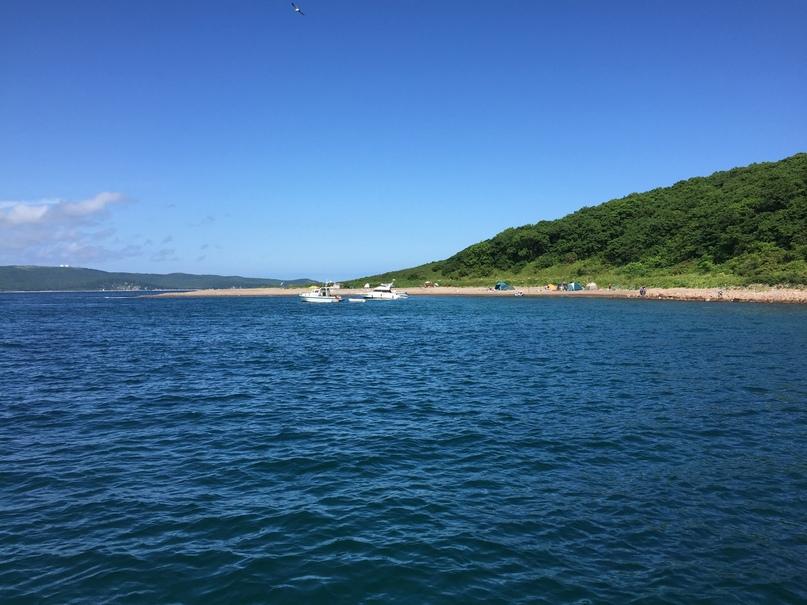 На катере в море. Граждане отдыхающие на острове