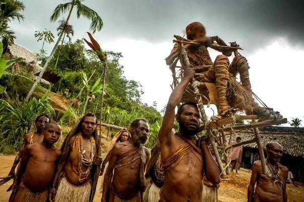 Похоронный ритуал в Папуа-Новой Гвинее.