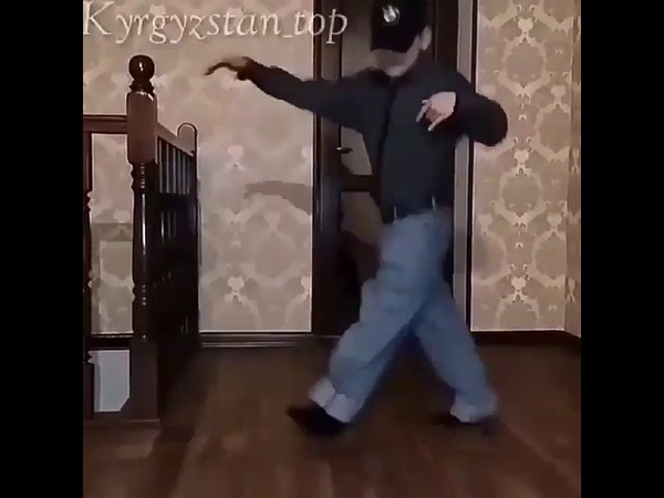 Парень круто танцует шафл