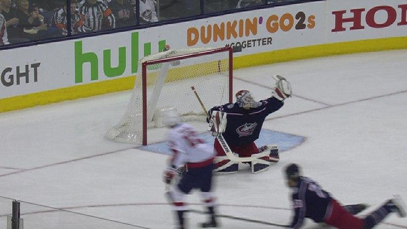 Сергей Бобровский остановил бросок Якуба Враны в третьем матче серии плей-офф с «Вашингтоном»