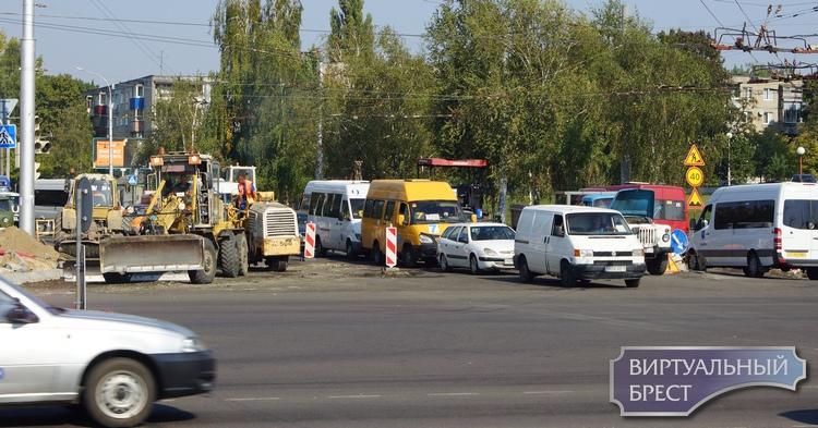 На перекрестке ул. Московская и Партизанский пр. не работает светофор, зато есть регулировщик