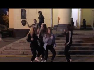 Деффченки после репетиции на ступеньках родного ДК зажигают