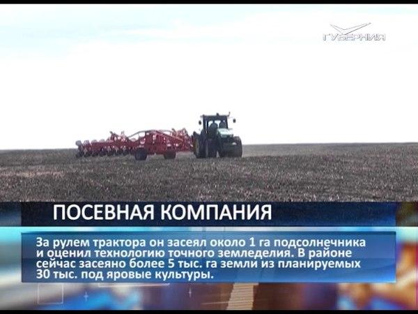 Дмитрий Азаров за рулём трактора засеял около гектара подсолнечника в Челно-Вершинском районе