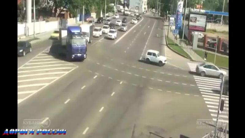 Сумасшедшие аварии грузовиков на трассе 2017 видео от ДР Захват грузовика и перевернуло фуру ветром