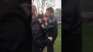 Неадекватный мужчина избивает женщину полицейскую Алматы