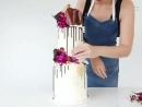 Стильный двухъярусный торт, украшаем кремом, шоколадные потеки и живые цветы