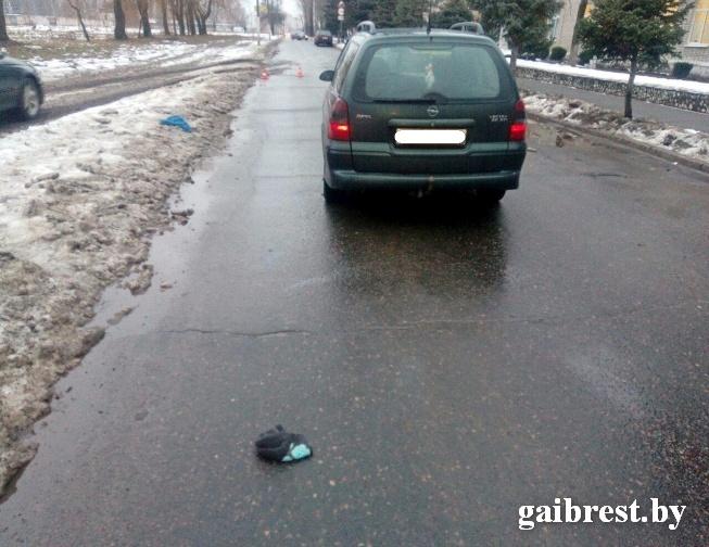 В Пинске автомобиль сбил женщину, переходившую улицу в неустановленном месте