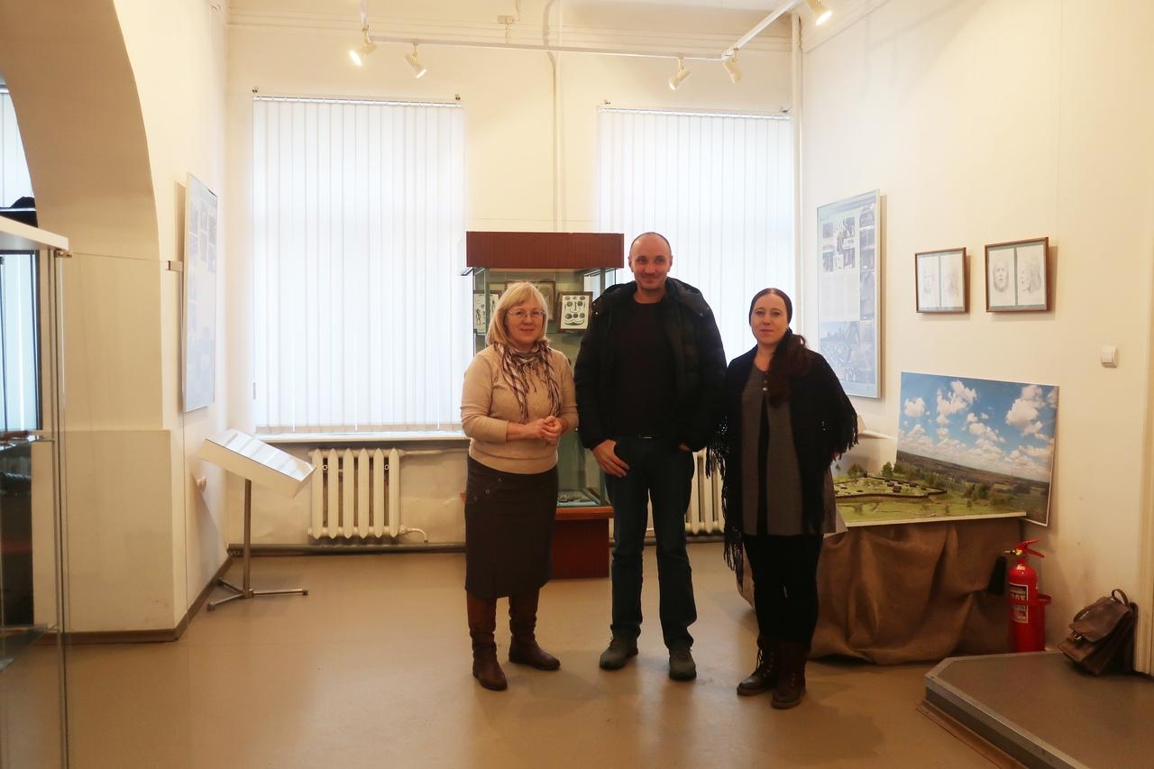 Сотрдуники Костромской археологической экспедиции и Галичского краеведческого музея на фоне экспозиции