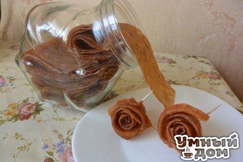 Оригинальные рецепты пастилы из яблок. Украшаем зиму!!! Пастила из яблок. 1. Нарезать яблоки дольками и сложить в стеклянную посуду. Во многих рецептах предлагается уваривать яблоки с водой, ну что бы не пригорели добавляют люди воду и варят на плите… Я воды не добавляю и яблоки пеку в микроволновке приблизительно 10-15 мин. Периодически сливаю появившийся сок в кружку. В зависимости от сочности яблок сока получается либо половина либо целая кружка и это с 5-6 средних яблок. 2. Яблоки…