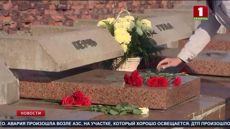 В Брестской крепости люди несут цветы к мемориальной плите города Керчь