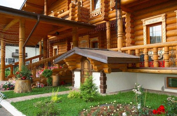 Как обустроить дом в русском стиле: реальный пример Рубленый дом с изразцовой печью с лежанкой не так прост, как может показаться. И дело вовсе не в его размерах, а в современной начинке: интерьер отвечает самым высоким требованиям к комфорту