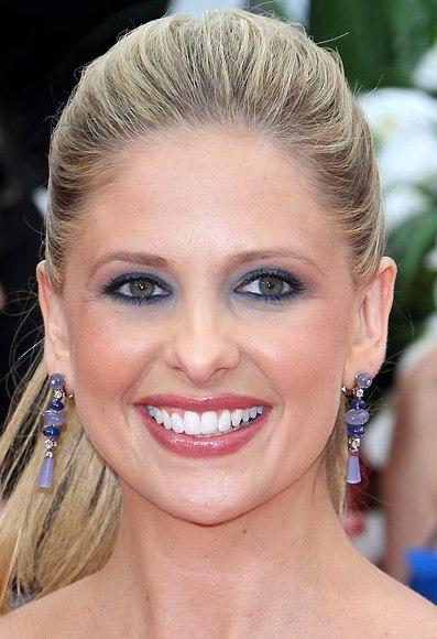 Сара Мишель Геллар любит румяна Coralista от Benefit Cosmetics. Сара Мишель Геллар макияж