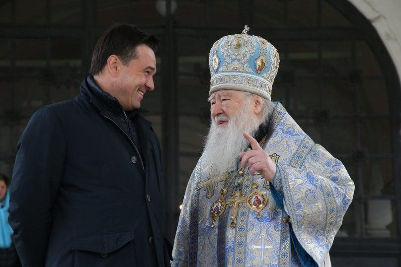С Митрополитом Ювеналием в Новодевичьем монастыре. Сегодня Патриарх служит литургию в честь Иверской иконы Божией Матери. С праздником!