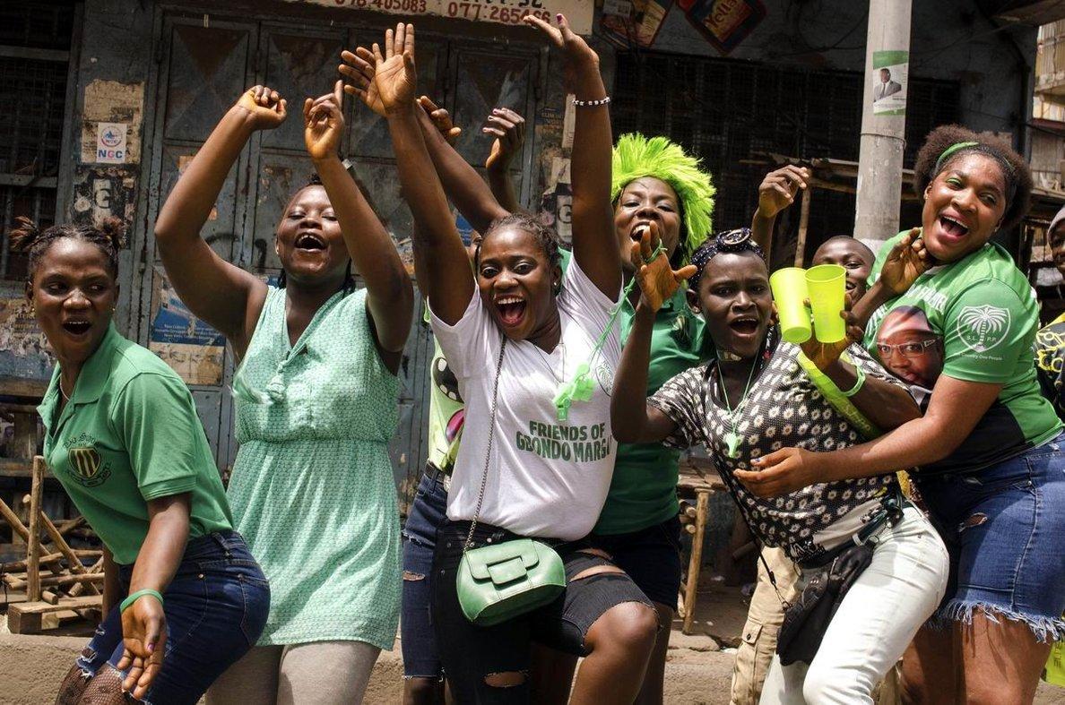Мы - шаловливые девчонки: Уличные танцы африканских дам