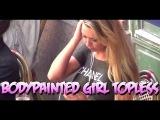 Chica con el cuerpo pintado en topless por la calle   Bodypainted girl danish casting spot