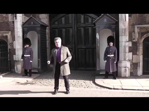 Guarda real xinga turista em uma das entradas do Palácio St. James, em Londres, na Inglaterra