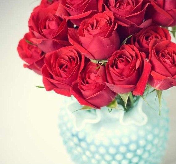 Как сохранить букет роз? Совет № 1. Роза, как истинная леди, не любит конкуренции, поэтому лучше всего стоит одна. Она хорошо сохраняется в составе композиции на оазисе, пропитанной специальным составом. Совет № 2. Для того, чтобы сохранить букет из роз, следует под водой на 1/3 обрезать и очистить от шипов, листьев и кожицы стебель цветка и поставить в воду комнатной температуры. Срез должен быть косым, сделанный ножом или острым секатором (не ножницами!), это поможет избежать образования…