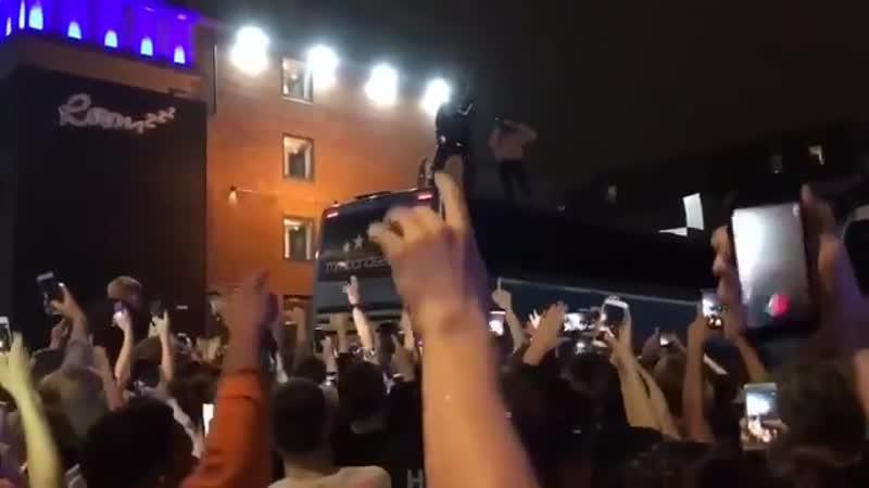 Lil Pump исполняет трек I Love It на крыше автобуса [NR]