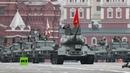 Tanques y vehículos de combate recorrieron la Plaza Roja durante el desfile militar