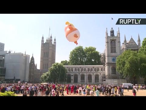 Гигантский Трамп младенец парит над центром Лондона