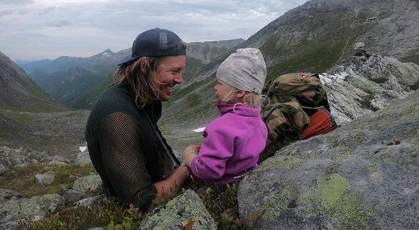 33-летний Александр Рид потерял работу в начале года, но решил превратить эту неприятность в возможность путешествовать со своей тогда еще двухлетней дочерью Миной. С марта дуэт путешественников