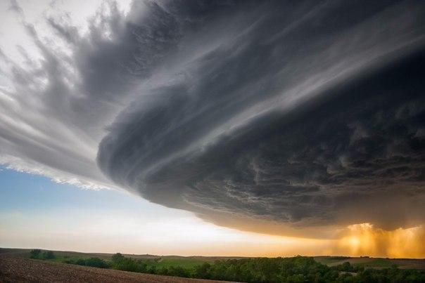 Охотник за бурями опубликовал коллекцию своих самых потрясающих фотографий Охотника за бурями и фотографа Майка Холлингшеда завораживает стихия. Если где-то в Америке назревает мощный шторм или