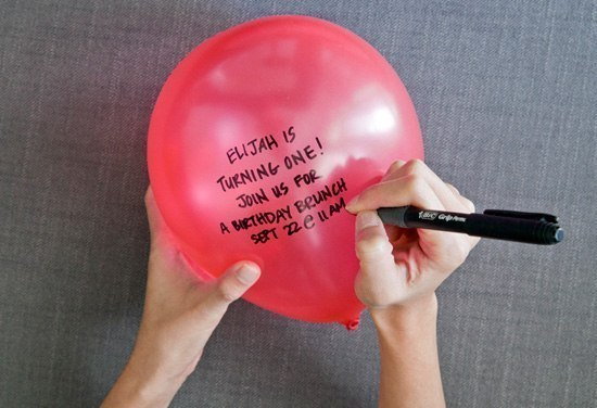 Приглашение на праздник.  Надуйте шар, напишите на нем приглашение. Сдуйте и прикрепите к открытке.  #идеи@udivishop