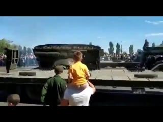 Россия. В Курске уронили танк Т-34-85.
