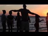 Vin Diesel baila con las chicas en la playa